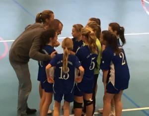 Les 13 ans féminines avec leur coach Arnaud Le Dû